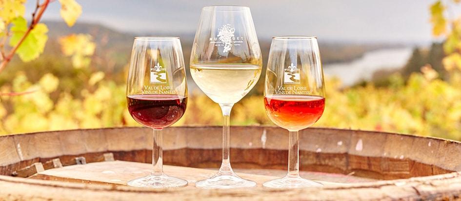 Drie soorten wijnen op een vat in de wijnstreek Loire-vallei.