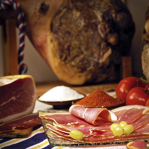 Gesneden plakken ham met op de achtergrond een on-gesneden ham in Frankrijk.
