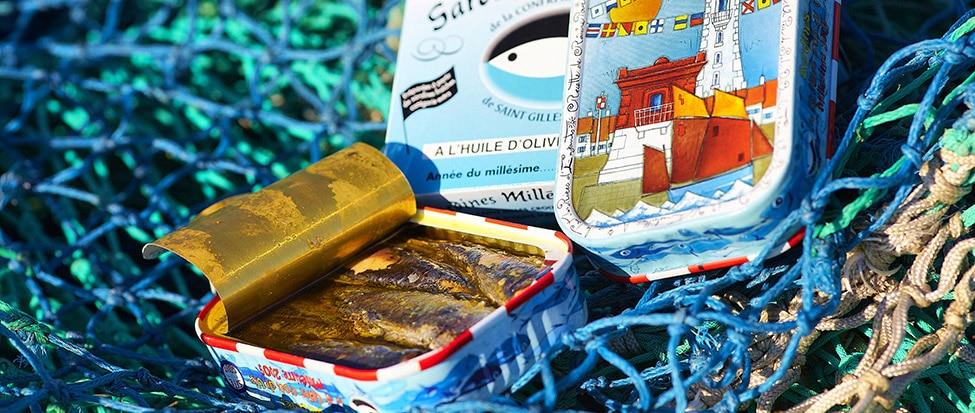 Een bovenaanzicht van een mand vol met sardineblikjes in Saint-Gilles-Croix-de-vie.