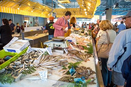 Vis wordt verkocht op een markt in La Roche-sur-Yon.