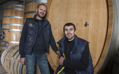Twee mannen staan voor een wijnvat in Ile d'Olonne.