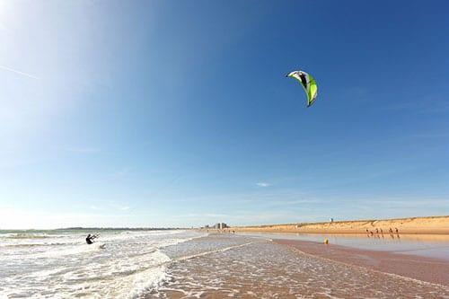 Een kitesurfer op het strand van Saint-Gilles-Croix-de-Vie aan de Atlantische Kust in Frankijk.